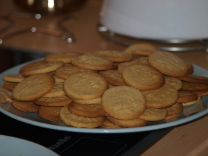 Boglárka kekszei. A kamillás mintát saját ötlete alapján valósítottam meg, szerintem nagyon mutatós.
