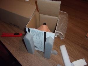 Fontos a megfelelő dobozméret kiválasztása. Ha túl passzentos, az oldalirányú nyomástól törhet az áru, ha túl nagy, akkor meg elmozdulhat a dobozban. Fixen, de nem túl szorosan kell állnia.