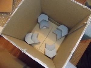 Szivacsszerű, de annál kissé keményebb, könnyen vágható anyagot használtunk a távtartók beépítéséhez. Eredetileg autóalkatrészek csomagolóanyaga volt.