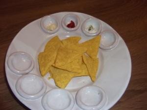 Nachos tál. Tortilla chips és mártogatók.