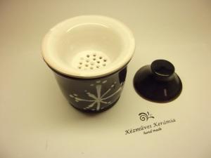 ..a szűrőbe helyezett teát leforrázzuk, lefedjük, majd 5-10 perc múlva egyszerűen kiemeljük a fedőt és a szűrőt